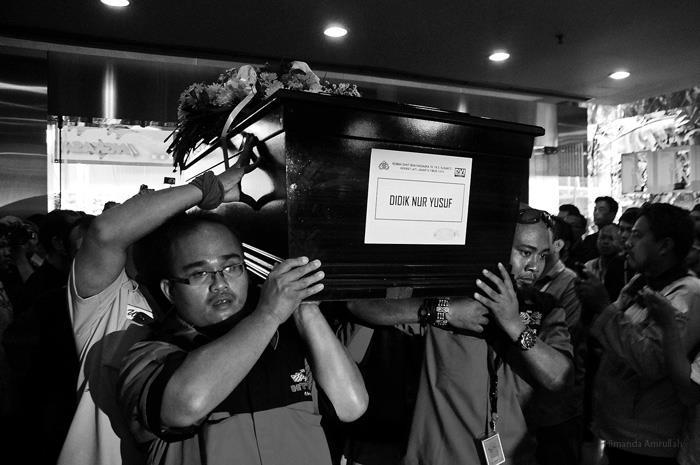 Jenazah fotografer majalah Angkasa Didik Nur Yusuf tiba di kantor pusat Gramedia Majalah jalan Panjang no 8A Kebon Jeruk Jakarta, setelah dishalatkan dan diberikan penghormatan terakhir jenazah almarhum Didik Nur Yusuf dan almarhum Dody Aviantara diserah terimakan ke keluarga masing-masing dan dimakam kan di TPU Tanah Kusir Jakarta (Himanda Amrullah Photo for DISPEN TNI-AU)