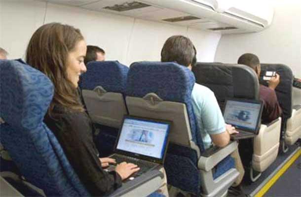 Gambar 2. Para penumpang pesawat terbang dapat mengakses beragam jenis hiburan, berita, dan game melalui perangkat nirkabel yang dibawanya dalam penerbangan dan secara langsung dapat terhubung pada Jaringan Nirkabel AV Streaming yang ada di pesawat terbang.