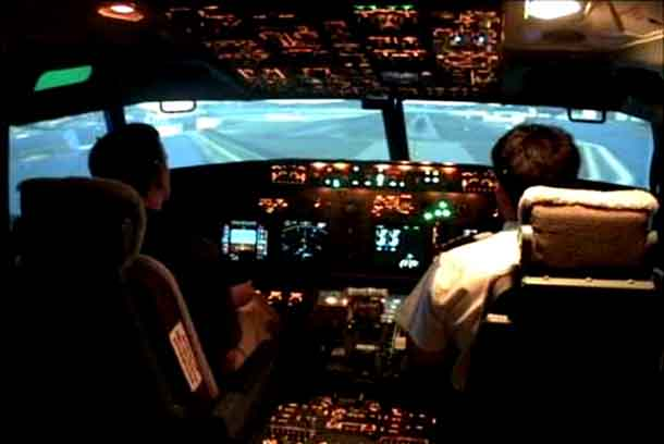 Gambar 2. Penerbang di dalam Kokpit sebuah Pesawat Komersial Berbadan Lebar